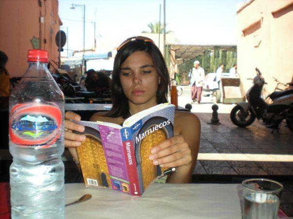 Leyendo una guía de viajes en Marruecos