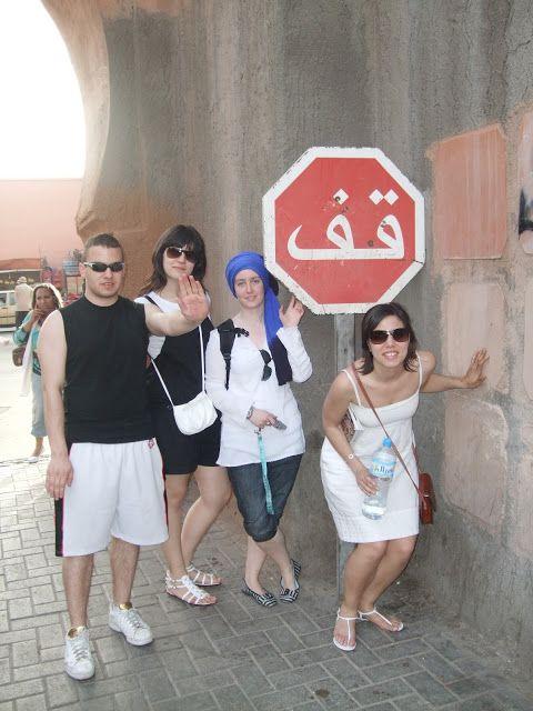 Señal de STOP marroquí escrita en árabe