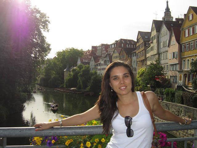 Vista del río de Tübingen sobre el puente en un día soleado de verano