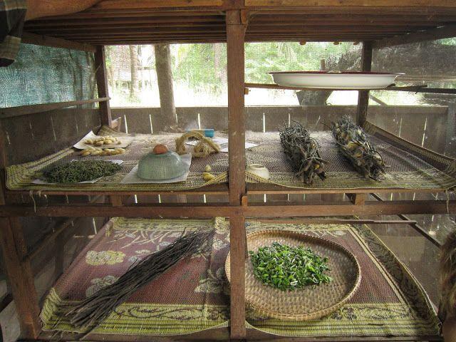 Muestrario con todas las etapas de la obtención de la seda en la fábrica de seda Santuk en Camboya