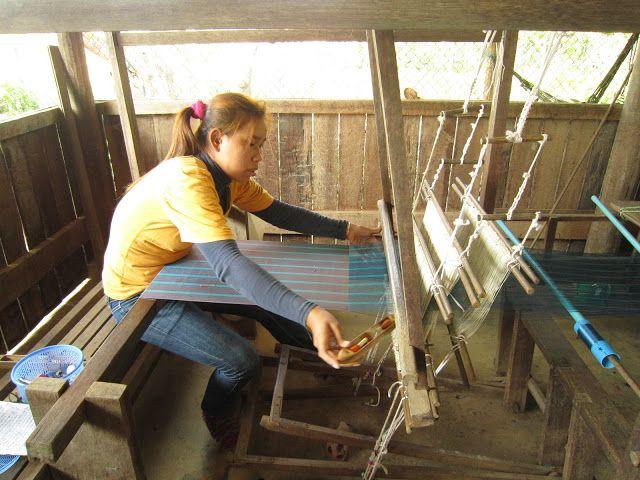 Mujer camboyana tejiendo en la fábrica de seda Santuk