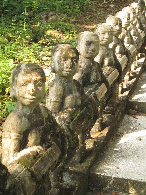 Detalle de las escaleras hacia el santuario-montaña Phnom Santuk cerca de Kompong Thom en Camboya