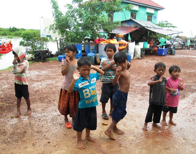 Pequeños jemeres a la llegada al barco en el lago Tonlé Sap