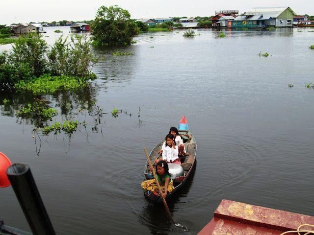 Pequeñas camboyanas acercándose al barco