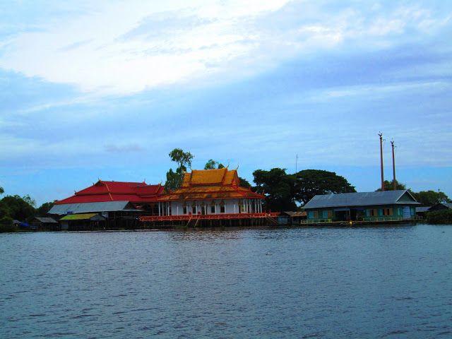 Pagoda de un pueblo flotante en Camboya