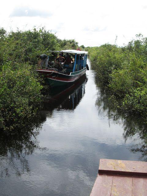 Malabarismos con los barcos en el lago Tonlé Sap en Camboya