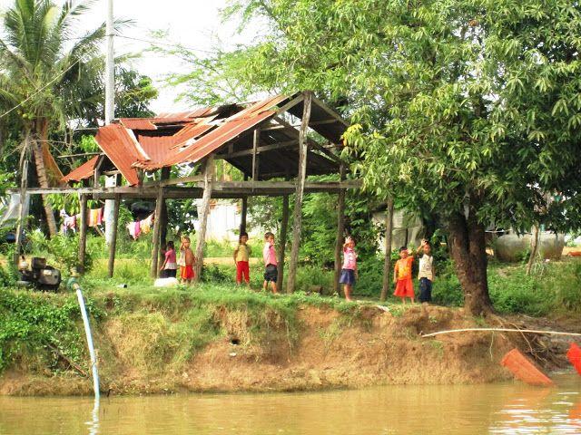 Niños en la vera del río a la llegada a Battambang