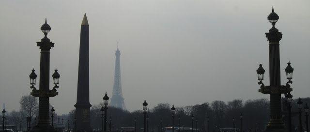 Plaza de la Concordia con la torre Eiffel de fondo