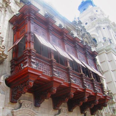 Balconada del palacio arzobispal en Lima