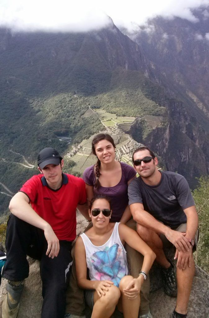 Los cuatro magníficos en la cima con vistas al Machu Picchu