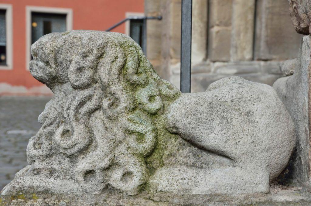 León a la puerta de la iglesia de Dinkelsbühl