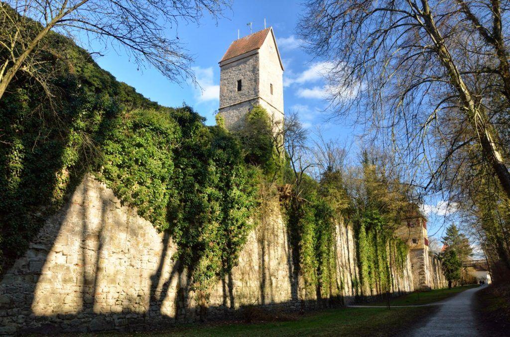 Paseo por el foso, bordeando la muralla de Dinkelsbühl