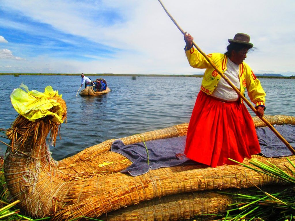 Barca de totora con la capitana