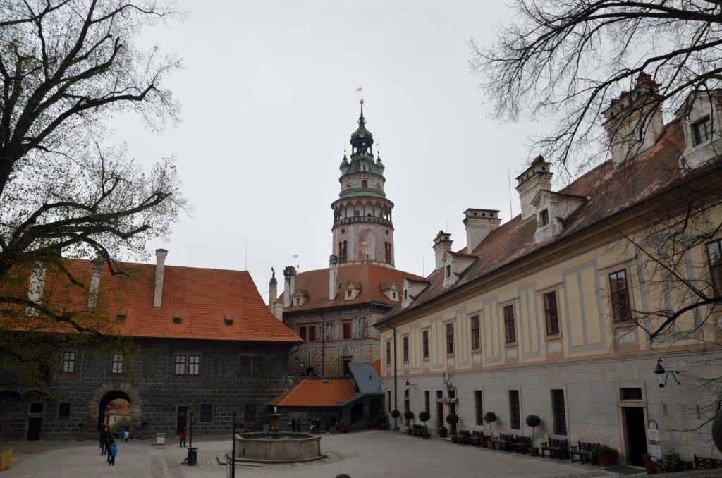 Dentro del primer patio del castillo de Cesky Krumlov