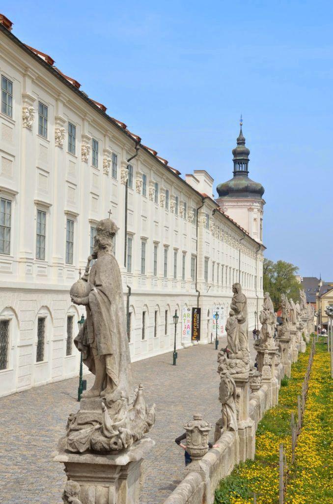 Colegio de los jesuitas con el paseo y sus estatuas en Kutna Hora