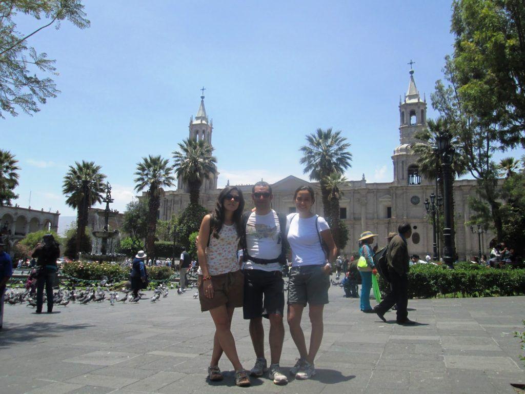 En la plaza de Armas de Arequipa con la catedral de fondo