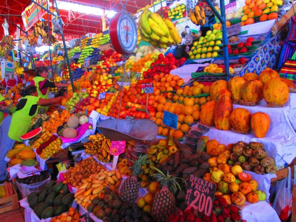 Puesto de frutas en el mercado de San Camilo en Arequipa