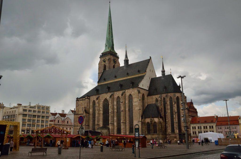 Náměstí Republiky con la iglesia de san Bartolomé en Pilsen