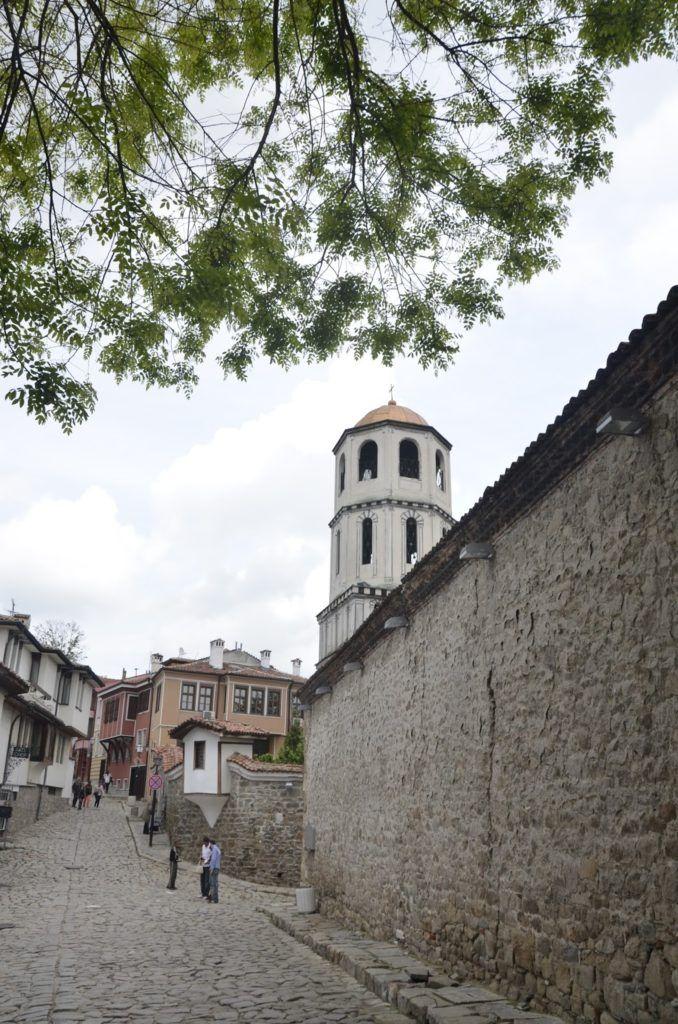 Calle empedrada con la igleasia de san Konstantin y Santa Elena