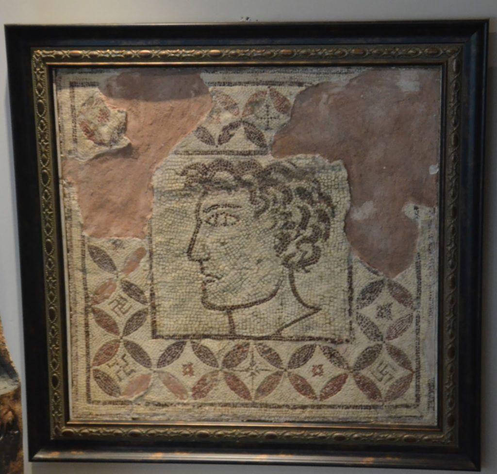 Mosaico con símbolos nazis