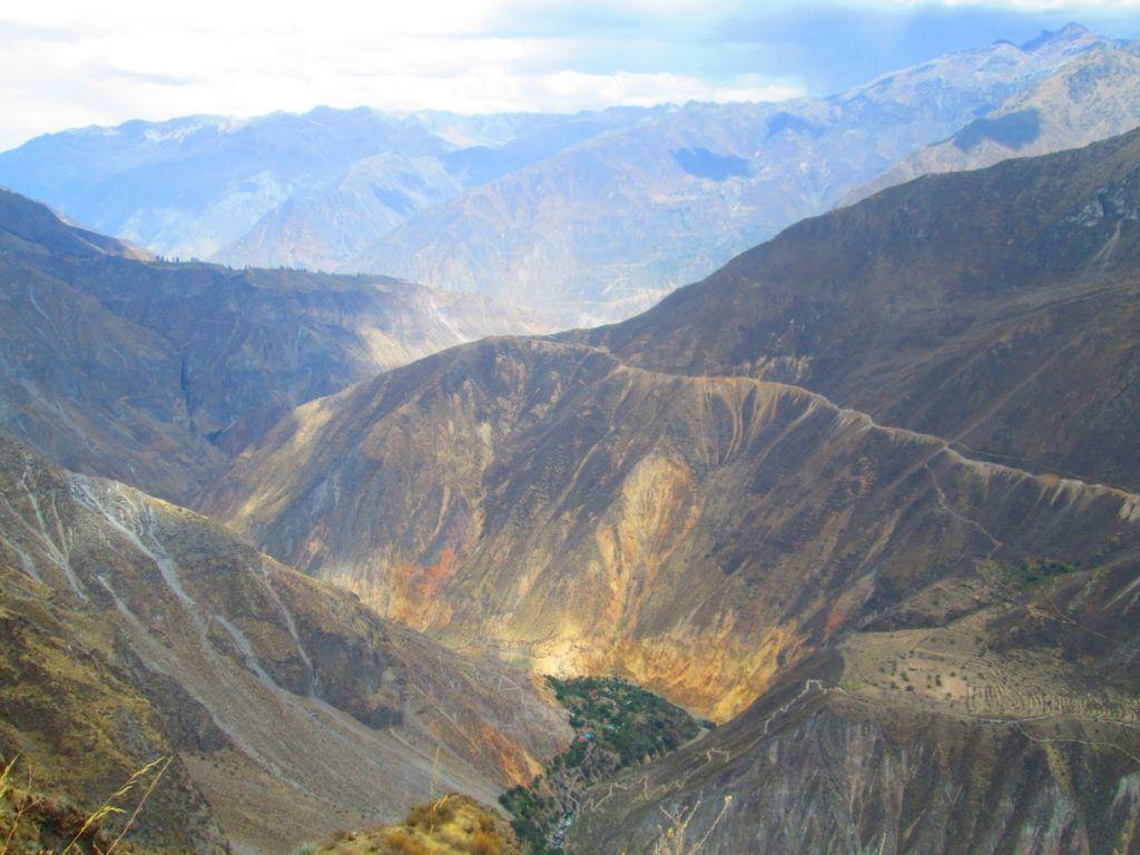Cañón del Colca con el oasis de fondo