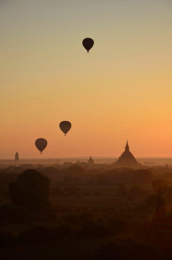 Amanecer con globos aerostáticos en Bagán