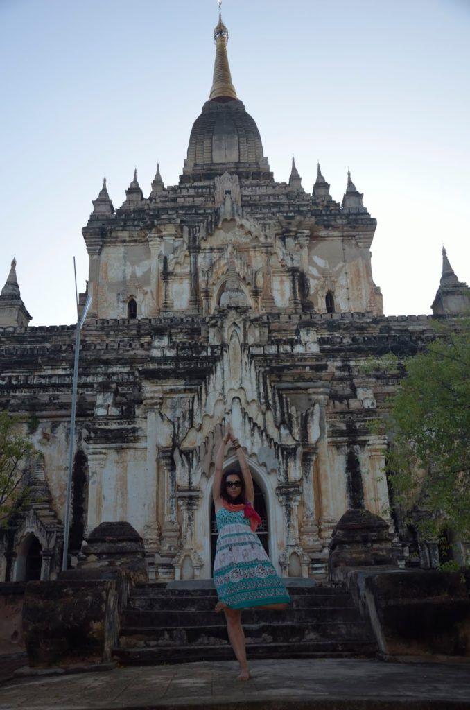 Haciendo el tonto en los templos en los templos de Bagán