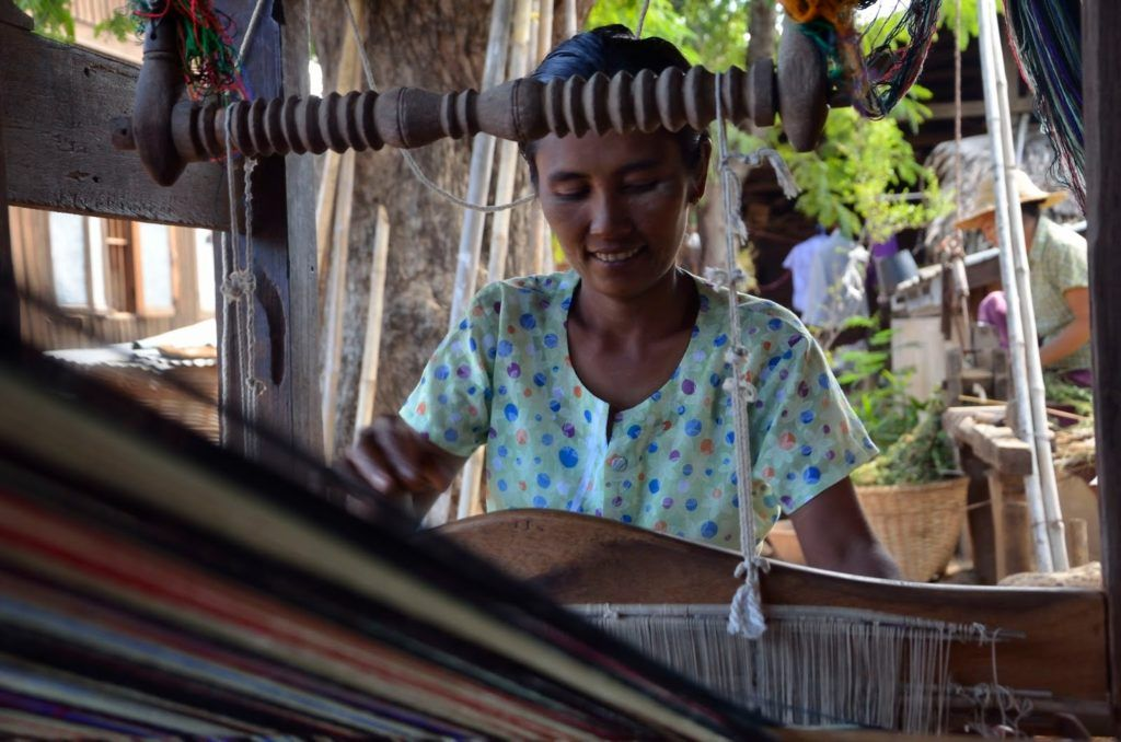 Mujer tejiendo en los alrededores de Bagán, Myanmar