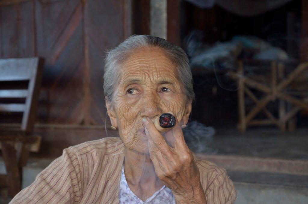 Anciana birmana fumando un puro