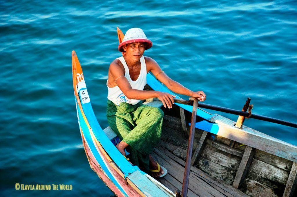 Barquero en el puente U Bein, Myanmar (Birmania)