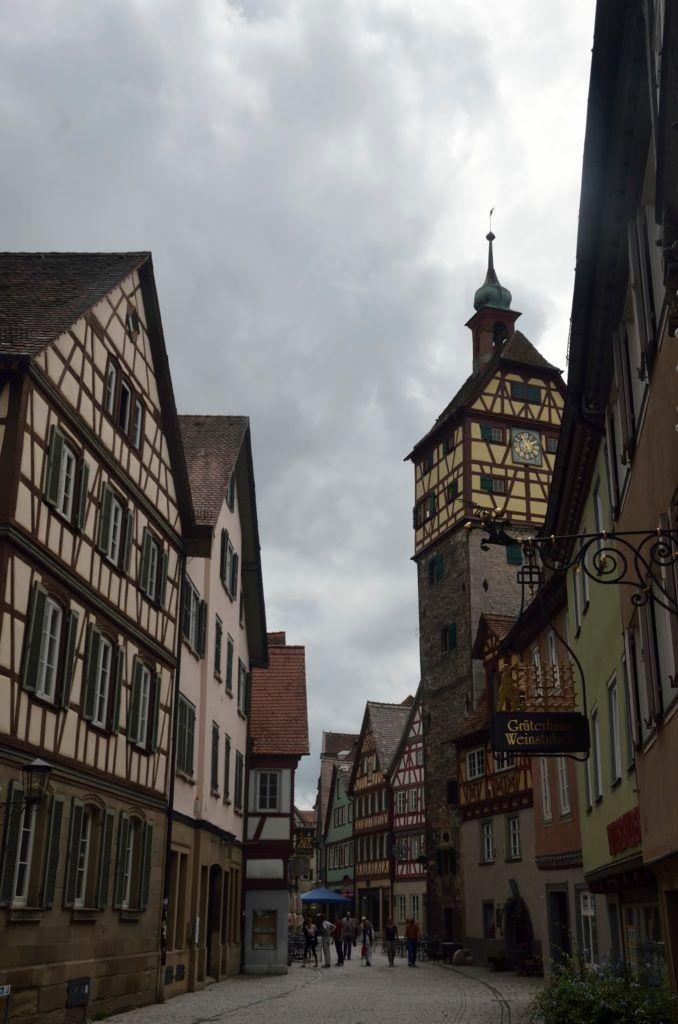 Calle de Schwäbisch Hall con casas de entramado de madera y torre de entrada al pueblo