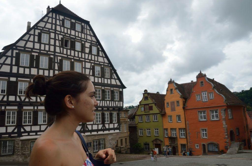 Plaza de Schwäbisch Hall con una casa de entramado de madera y otras tres muy coloridas