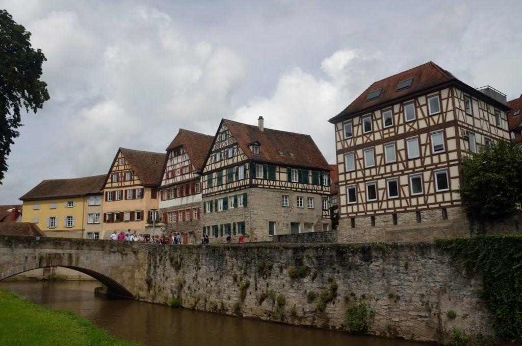 Casas de entramado de madrea a la orilla del río en Schwäbisch Hall