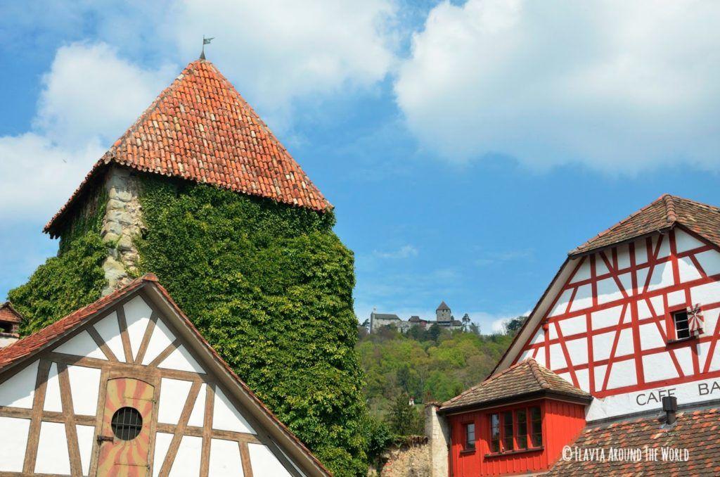 Vistas del castillo de Hohenklingen desde la orilla del río en Suiza