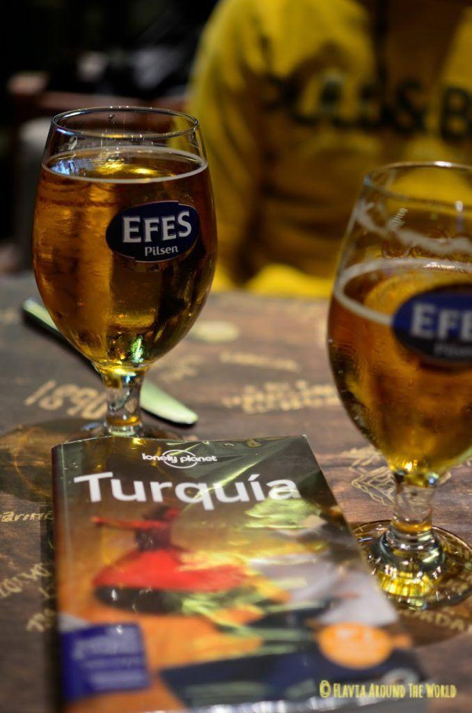 Cerveza Efes y guía Lonely Planet de Turquía