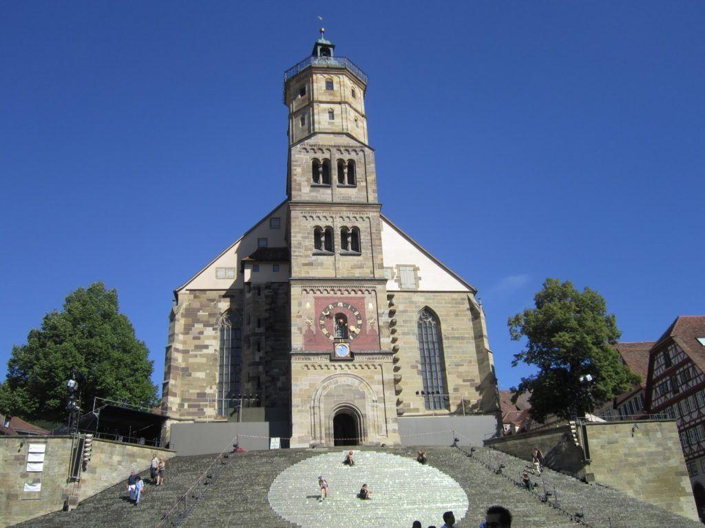 Iglesia de Saint Michael en Schwäbisch Hall con una compañía de teatro preparando el escenario para una obra