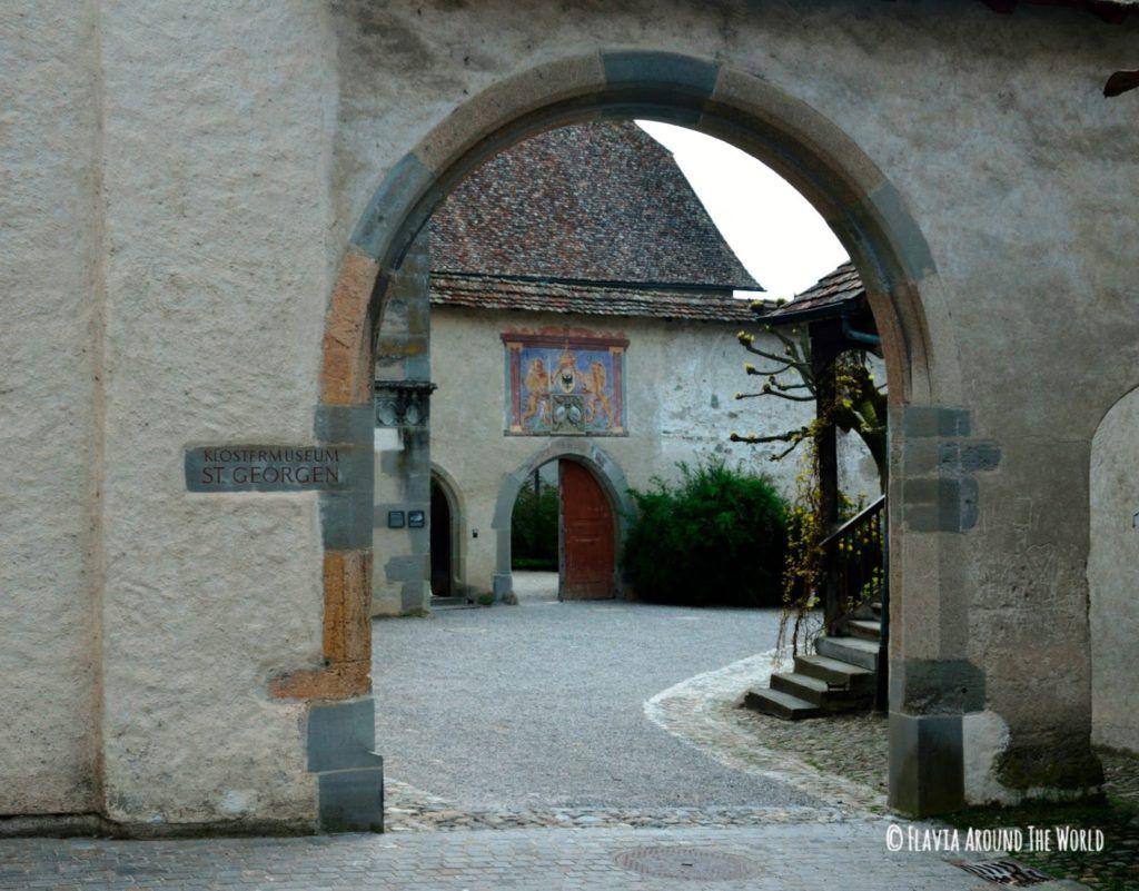 Entrada al monasterio de San Jorge en Stein am Rhein, Suiza