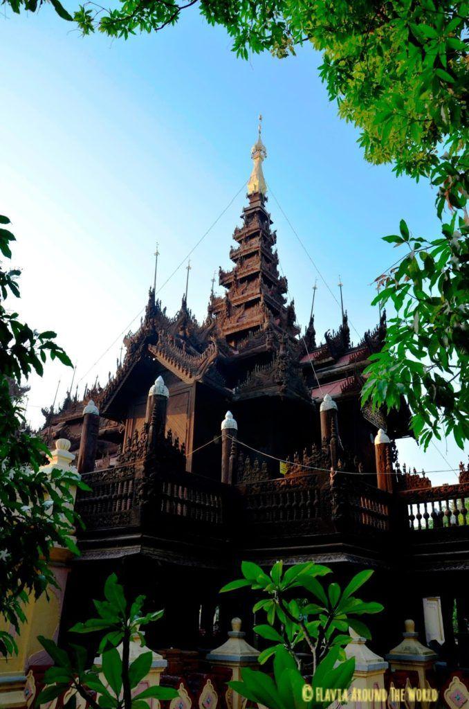 Monasterio de teca Shwe In Bin Kyaung en Mandalay, Myanmar (Birmania)