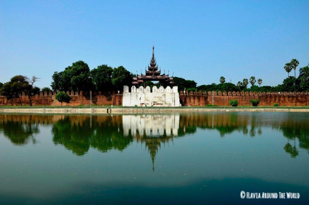 Murallas y su reflejo en el palacio real de Mandalay, Myanmar (Birmania)