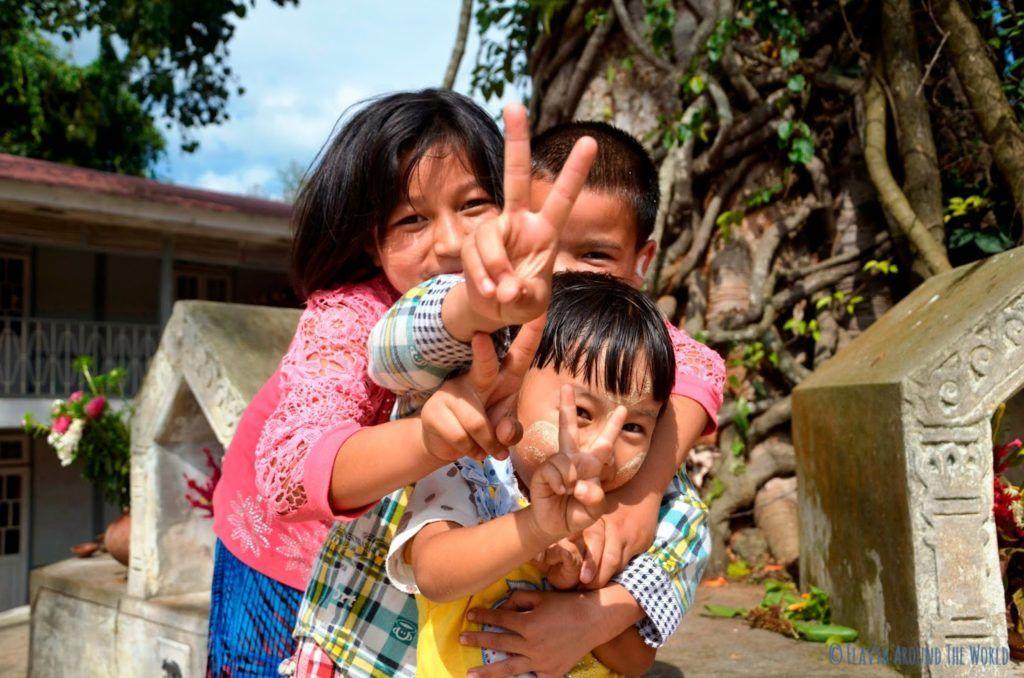 Niños birmanos felices