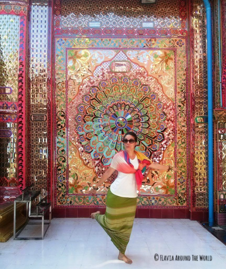 Pared de espejos coloridos en los alto de la montaña de Mandalay en Myanmar