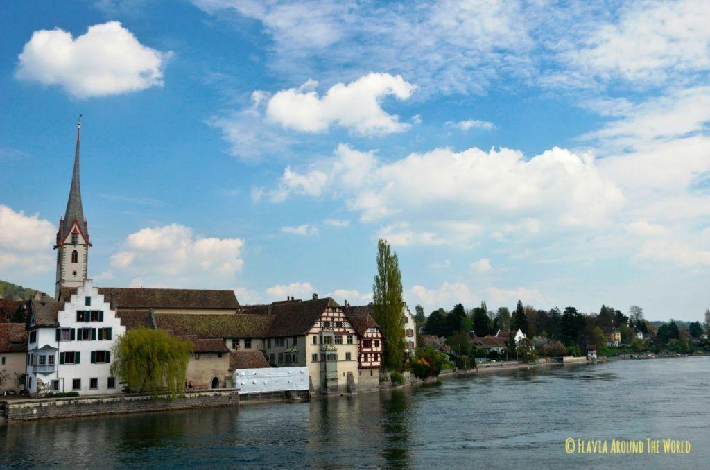 Vistas desde el puente del río Rin de Stein am Rhein en Suiza
