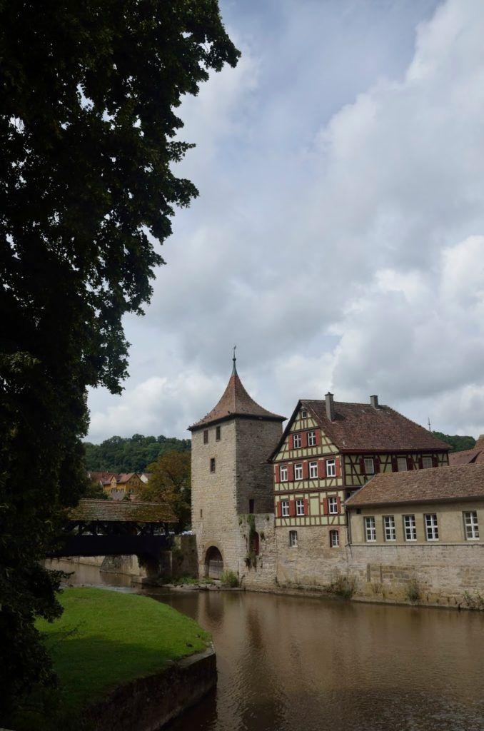Río y una puesta de entrada a la antigua ciudad de Schwäbisch Hall