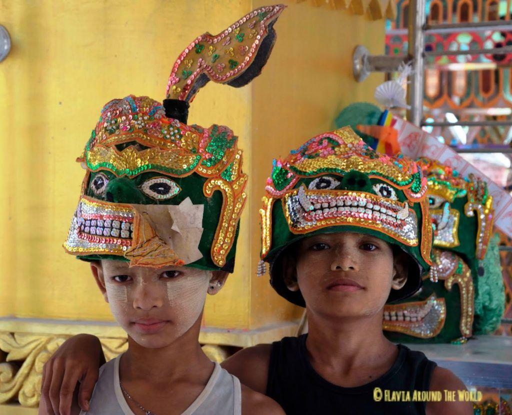 Niños con atuendo festivo en la montaña de Mandalay