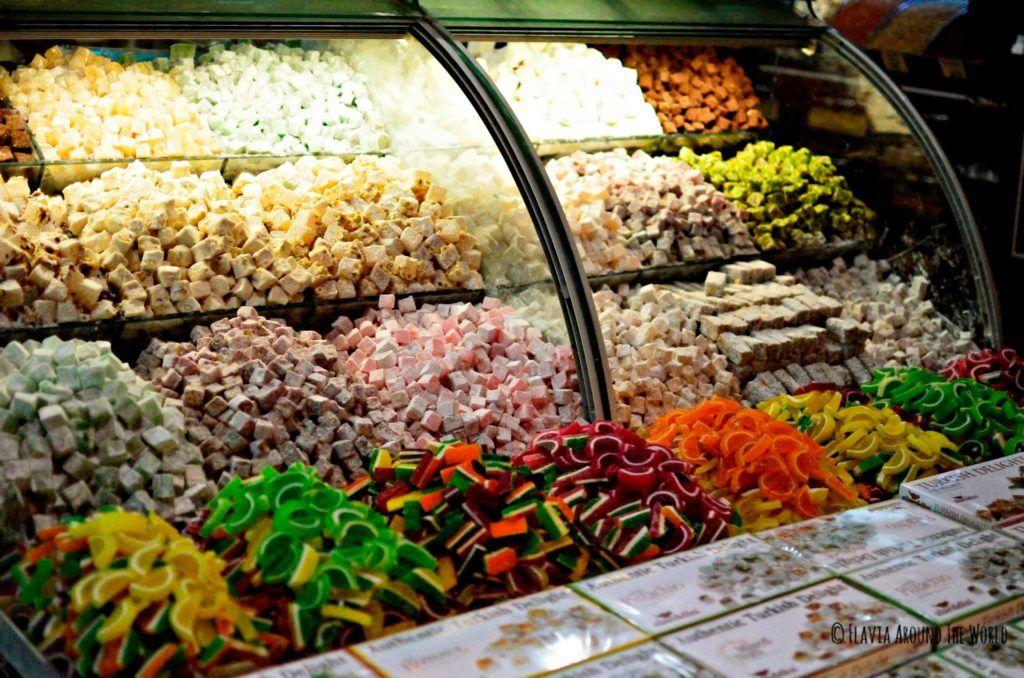 Delicias turcas en el bazar de las especias en Estambul