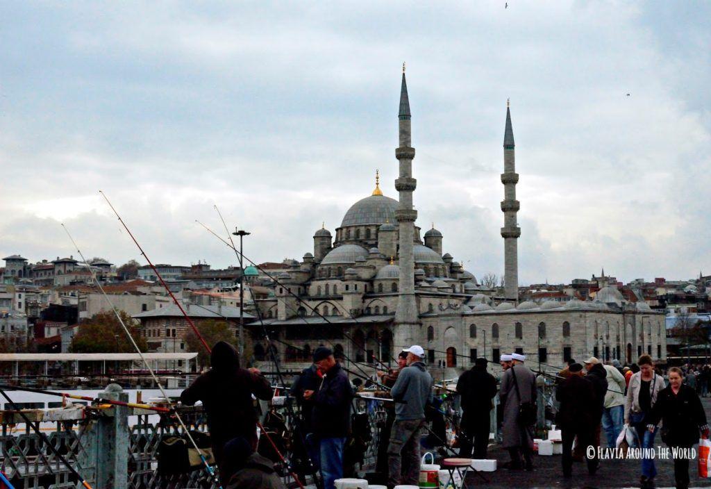 Pescadores en el Puente Galata de Estambul