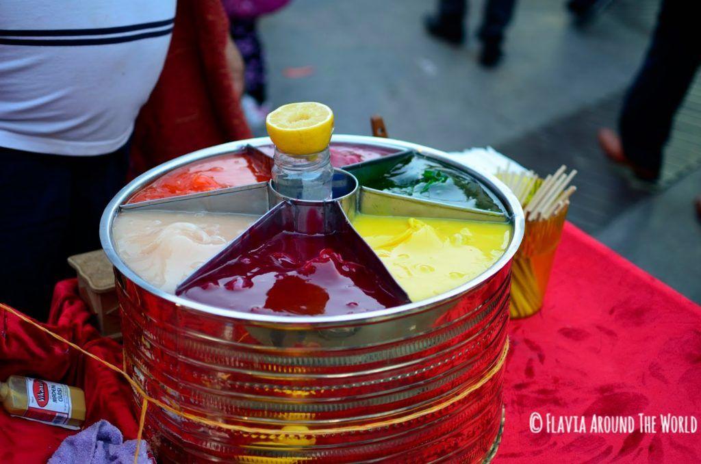 Colorido puesto de piruletas hechas al momento en Esmirna