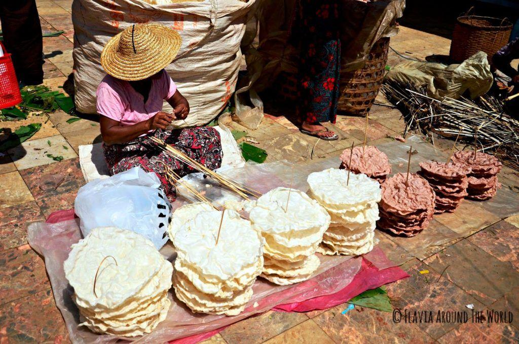 Mujer vendiendo en un mercado en el lago Inle