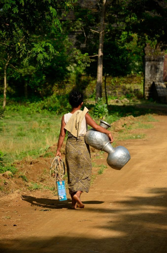 Mujer yendo a por agua en Mrauk U