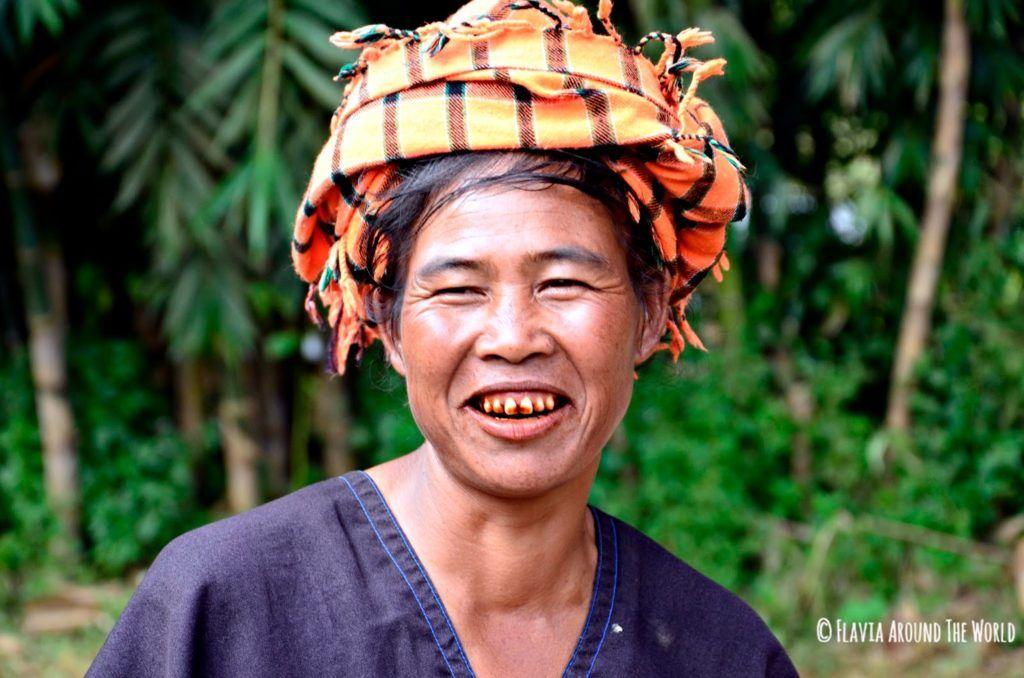 Mujer birmana con los caracteristicos dientes rojos
